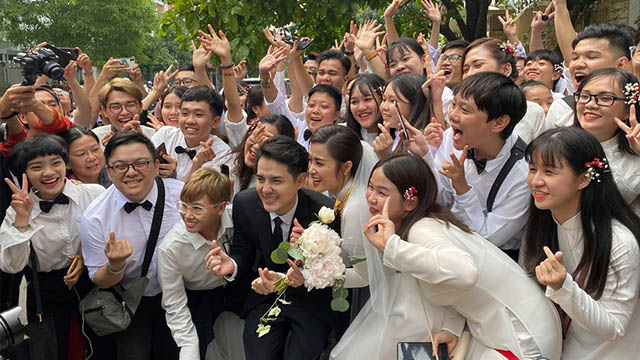 Lượng fan hùng hậu tiễn Đông Nhi về nhà Ông Cao thắng