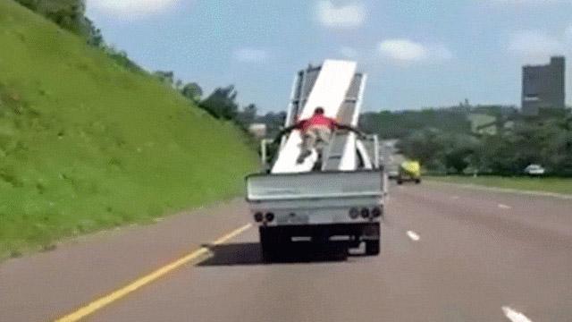 """Thót tim cảnh người đàn ông lấy thân mình làm """"dây chun"""" giữ tôn trên thùng xe tải"""