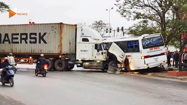 Va chạm giữa xe tải và xe khách chở công nhân khiến nhiều người bị thương