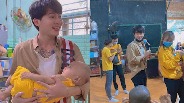 Jack cùng hàng chục trẻ em mồ côi đồng thanh hát vang ca khúc Việt Nam tôi