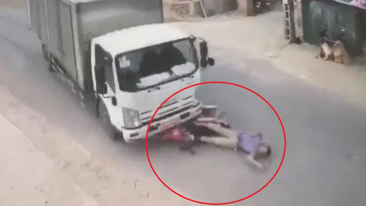 Lao sang đường không quan sát, thanh niên bị xe tải tông kinh hoàng