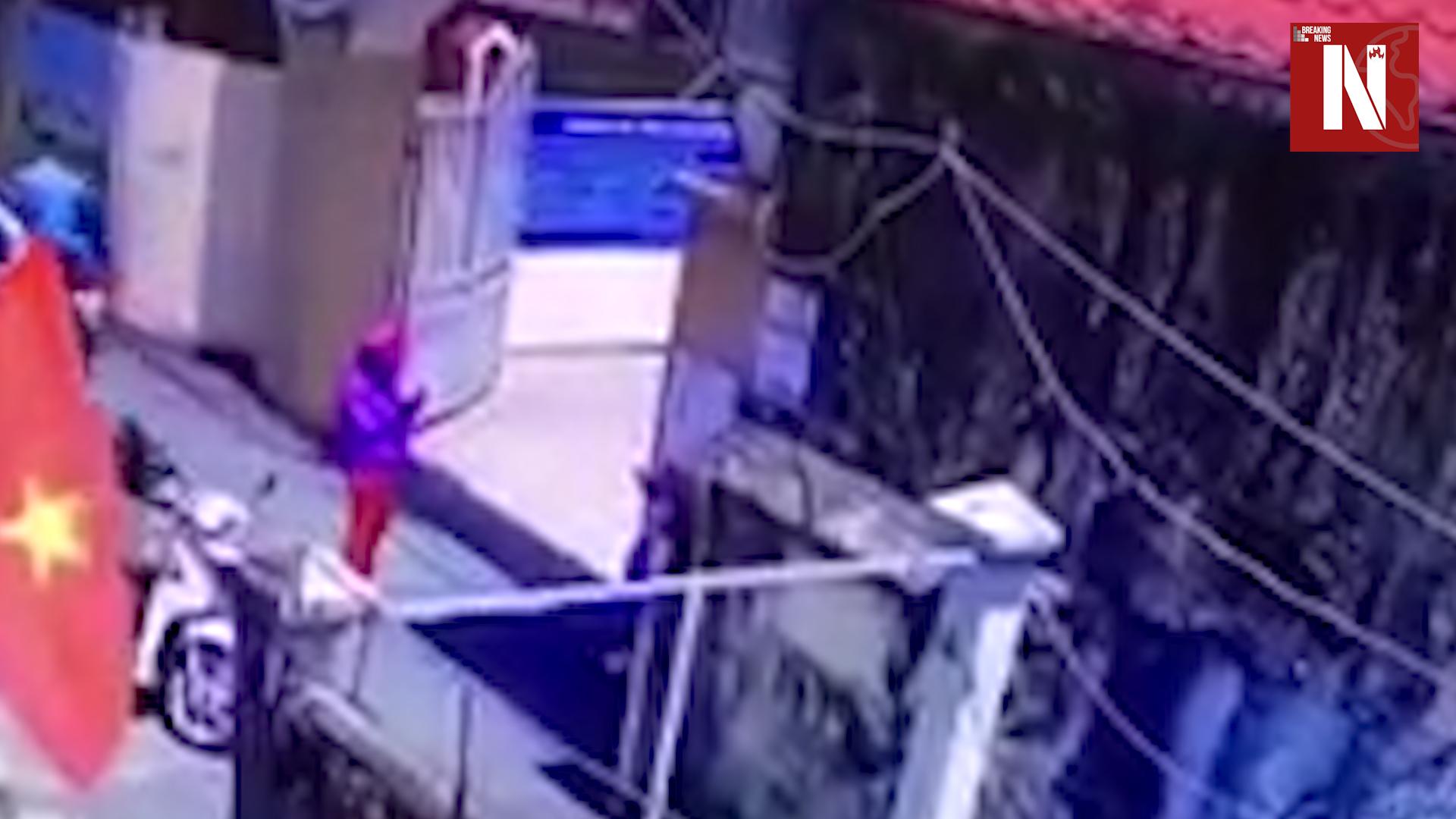 Lộ clip mẹ chụp ảnh bé trước cổng trường rồi đưa về: Người trong cuộc nói gì? | NÓNG