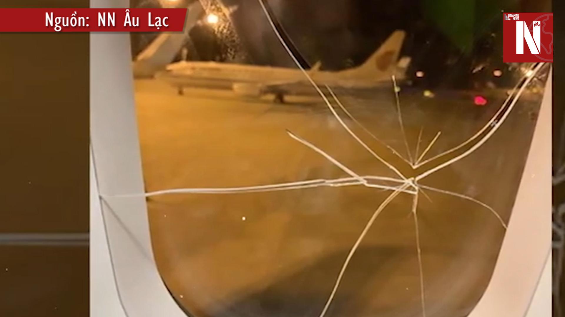HY HỮU: Đấm vỡ cửa kính máy bay đang trên không vì... dỗi bạn trai | NÓNG