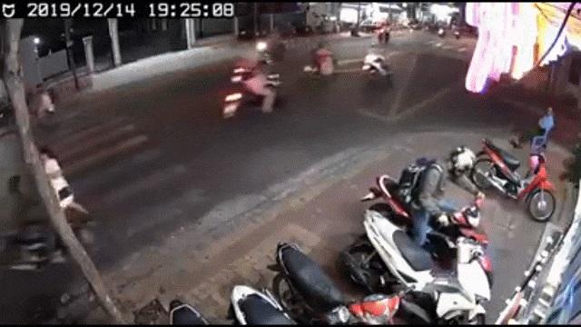 Nhóm cướp táo tợn giật túi xách, kéo lê cô gái trên đường ở TP.HCM