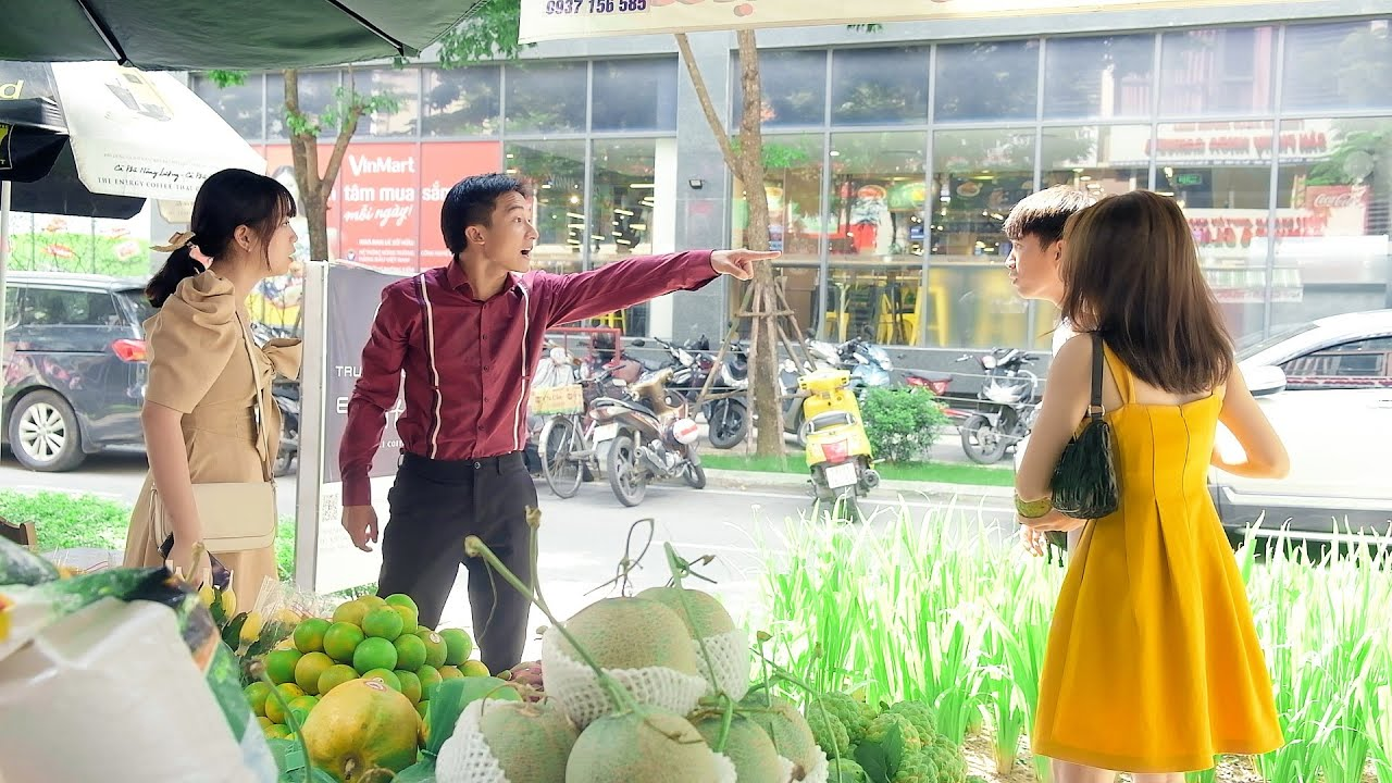 Vợ giám đốc cả gan ném trái cây vào mặt vợ chủ tịch ở chợ vì giành mua hàng và cái kết